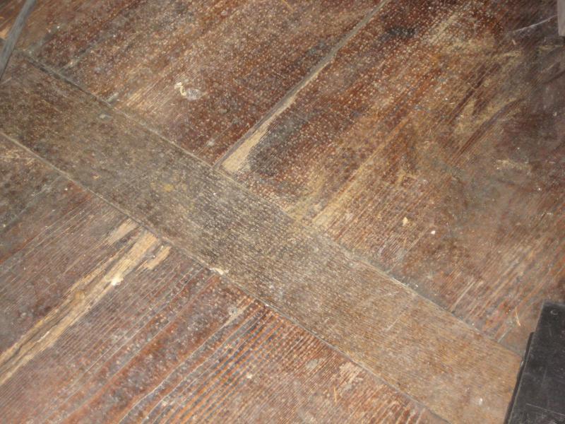 Fichte Fussboden mit Eichequerriegeln vor der Bearbeitung
