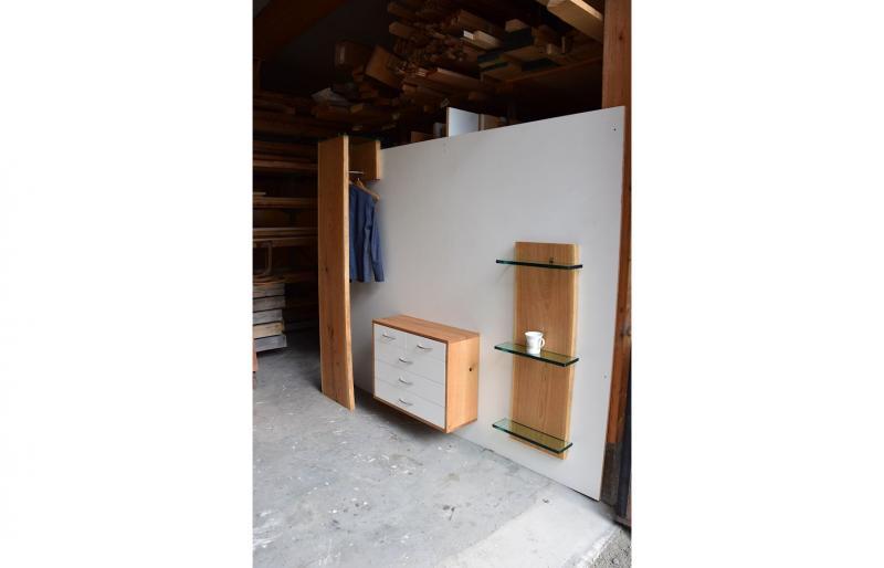 Garderobe von der Seite mit Glasablagen