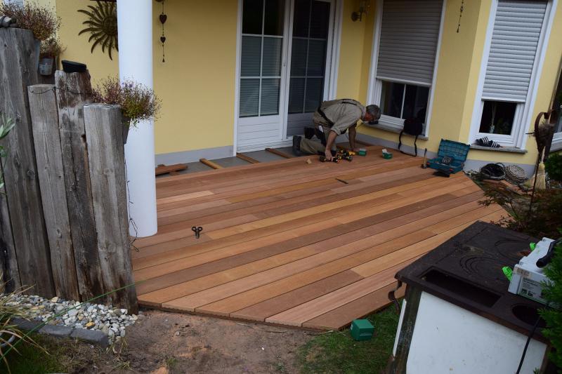 Renovierung einer gefließten Terrasse mit Bangkirai-Holz