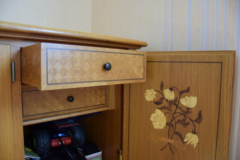 Sideboard mit Intarsienarbeit an Schrankinnenseite