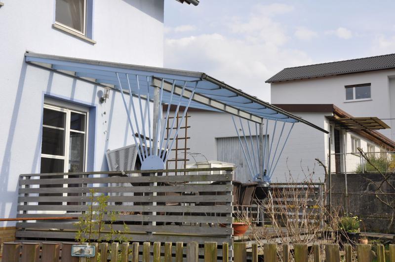 Terrassenüberdachung aus Holz und Aluminium