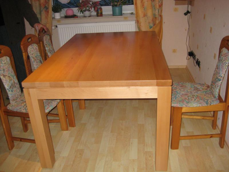 Tisch aus Buche, seidenmatt lackiert