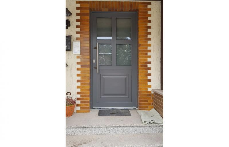 Haustür, Kunststoff, beidseitig grau lackiert