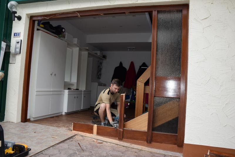 Beispiel 1 - alte Haustür wird ausgebaut