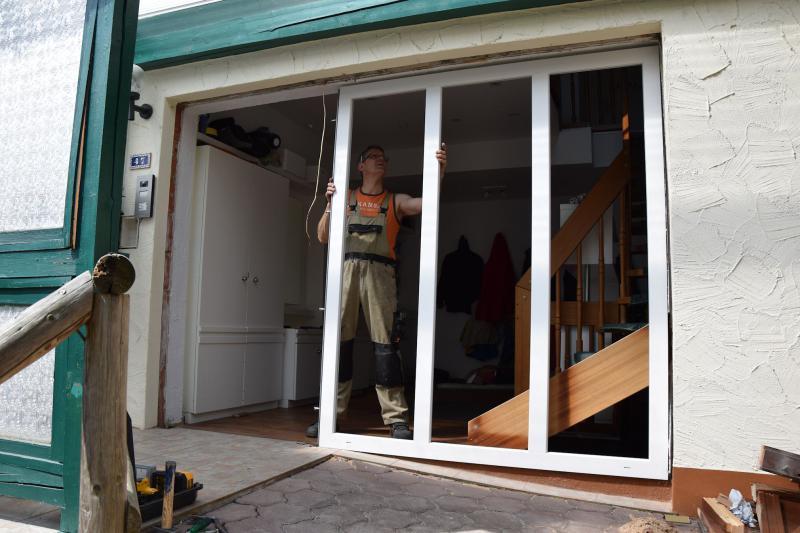 Beispiel 1 - neue Haustür, sowie Rahmen und Glasfronten werden eingesetzt